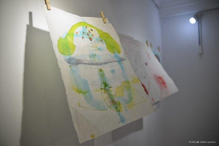 Galerija LUCIDA   Tri. Haljinica Konjić Vrt – Izložba Jelene Ilić  Otvaranje izložbe:  petak, 04. maj 2018.  © 2018 ph: vladimir opsenica